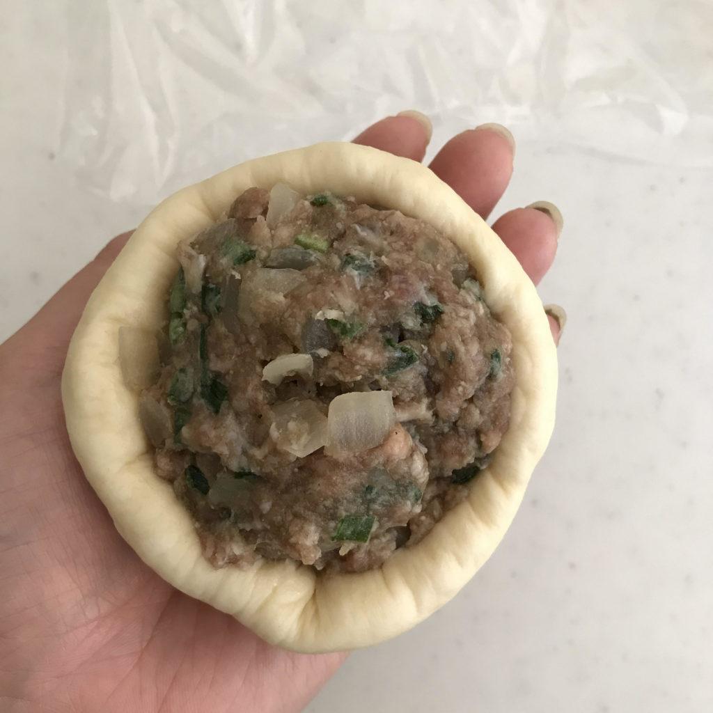 肉まんの生地の成形