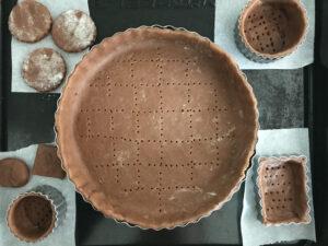 チョコバナナタルトのタルト生地をタルト型に入れる