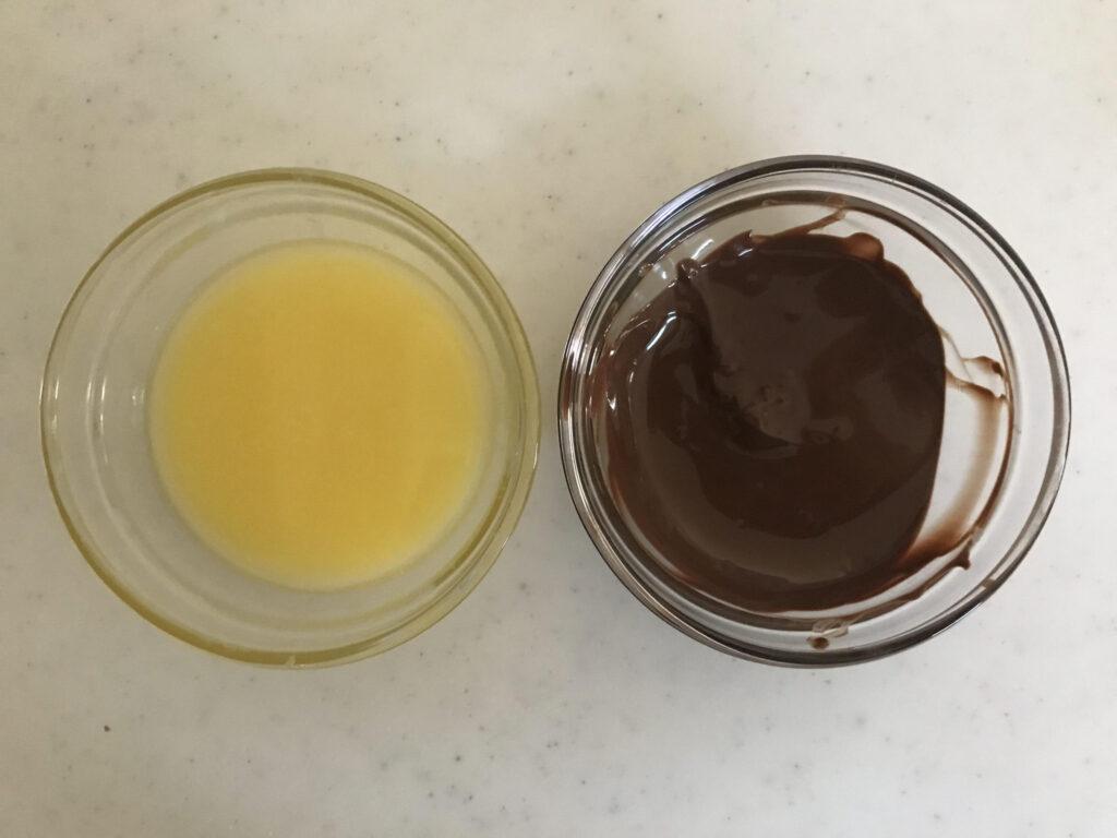 電子レンジでチョコとバターを溶かす